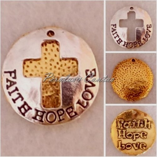 "Pendente com cruz recortada e com inscrição ""Faith Hope Love""."